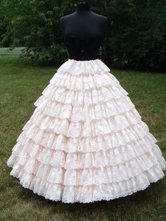 Big skirts with petticoats need to come back in style. <3