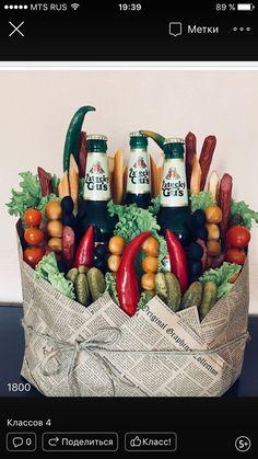 Подарок мужской в корзинке Fruit Flower Basket, Vegetable Bouquet, Food Bouquet, Freebies By Mail, Food Hampers, Edible Bouquets, Gift Wraping, Diy Gift Baskets, Diy For Men