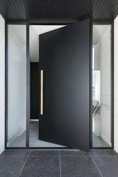 Modern Entrance Door, Modern Exterior Doors, Modern Front Door, Front Door Entrance, Glass Front Door, House Entrance, Entry Doors, Black Exterior, Front Entry