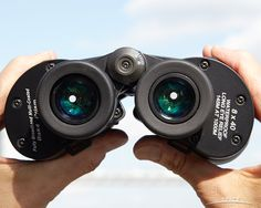 The Oberwerk Mariner 8x40's eyepiece guards twist through a quarter turn allowing you to get just the right view through the 5mm exit pupil (the bright dot where the image forms).<br />