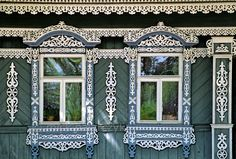 [RUSSIA.GOLDENRING 26.020] 'Suzdal izba.'  A traditional wooden house (izba) in Suzdal's Lenin Street displays lavishly decorated window frames. Photo Mick Palarczyk.