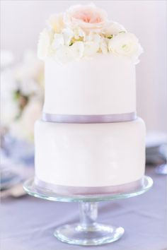 White and purple elopement cake. Cake Design: Synies ---> http://www.weddingchicks.com/2014/06/11/tips-for-your-paris-wedding-elopement/