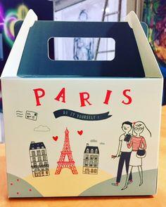 En avant-première, découvrez la Box Tour Eiffel de Mukki et Zia ! Une Box créative et festive sur le thème de Paris. Cette box contient une activité créative, une jolie surprise liée au thème et des bonbons ! Site bientôt disponible.