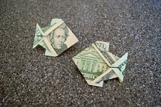 Easy to fold and quick to learn dollar origami fish. Watch to video and fold along to learn a simple way to make your tips just a bit more interesting like when OrigamiFoodie forgot enough cash. Easy Money Origami, Origami Fish Easy, Money Origami Tutorial, Origami Gifts, Origami Stars, Oragami Money, Origami Instructions, Origami Flowers, Folding Money