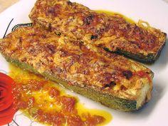 Μια διαφορετική συνταγή για κολοκυθάκια! Κολοκυθάκια γεμιστά με τυρί κ κοτόπουλο στο φούρνο !!! Cookbook Recipes, Lunch Recipes, Cooking Recipes, Healthy Recipes, Greek Dishes, Main Dishes, Fast Dinners, Greek Recipes, Weight Watchers Meals