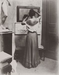 Pose in front of the mirror Photo: Heinrich Zille - German Empire - Berlin, August 1901 History Of Photography, Vintage Photography, Art Photography, Inspiring Photography, Pose, Funny Drawings, Der Arm, Chiaroscuro, Dark Beauty