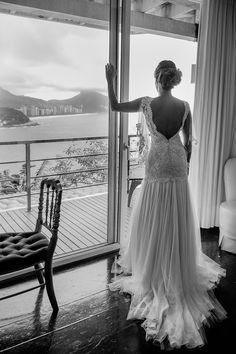 Vestido de noiva com decote nas costas ( Foto: V Rebel | Vestido: Mariana Kuenerz )