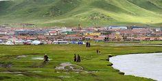 Allong the river Tse Chu lies the city Sogwo, Tibet 2012