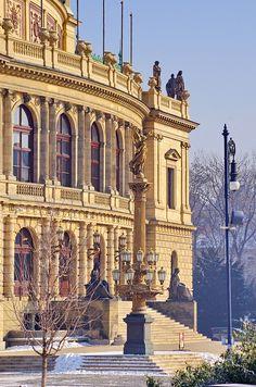 La República Checa,ha sabido conservar muy bien, sus ciudades y todos sus monumentos, el turismo, hoy día, ha tomado un lugar de suma importancia en su economía!  Rudolfinum, Prague, Czech Republic