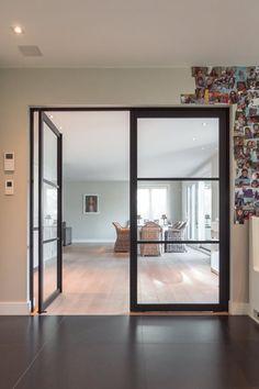 Dubbele glazen binnendeur in #steellook uitvoering, gemaakt van zwart geanodiseerd aluminium in combinatie met onzichtbare pivotscharnieren waarvoor niets in de vloer ingebouwd dient te worden! Door Design, Glass Door, Oversized Mirror, Divider, Doors, House, Inspiration, Furniture, Home Decor
