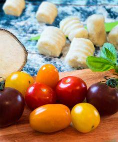 Aipim, mandioca, inhame, macaxeira ou qualquer outro nome que você conheça (por favor, me informe a respeito nos comentários abaixo ;)) é uma planta deliciosa que substitui batatas muito bem. Confira minha receita de gnocchi de aipim em http://veganosbrasil.com/gnocchi-de-aipim/. É maravilhosa!!