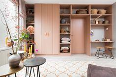 KARWEI | Aflevering 5: Laat een kast op maat maken en creëer extra opbergruimte met een werkplek die mooi blend in de rest van het interieur.