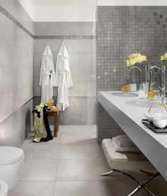 Łazienka w stylu loft, z kabiną w całości wyłożoną identycznymi płytkami jak pozostałe ściany o podłoga. Na zdjęciu: płytki ceramiczne Convivium marki Ariana. Fot. Ariana