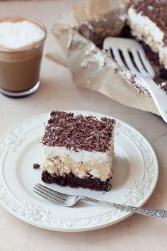 Kostka alpejska - ciasto na kakaowym biszkopcie z masą kajmakową i bezą pokryte bitą śmietaną i posypane czekoladą | Kwestia Smaku Tiramisu, Ethnic Recipes, Cakes, Food, Deserts, Cake Makers, Kuchen, Essen, Cake