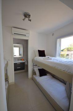la chambre cabine avec 4 petits lits en 80x190 (superposés) à