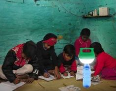 Presentaron una lámpara solar LED para barrios sin acceso a la electricidad