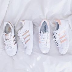 Wheretoget - White Adidas Superstar sneakers with gold stripes