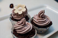 """Der nächste Schritt auf meinem persönlichen """"vegan way"""" ist getan, under lief sich leicht, sogar viel leichter als gedacht: Cupcakes ohne Ei, Butter oder Milch; Frosting ohne Frischkäse und Mascarpone. Grandios war die Belohnung am Ende dieser Wegetappe: ein vorzüglicher, richtig schokoladiger Teig (dirty!), der für meinen Geschmack etwas mehr von Brownie als von Muffin …"""