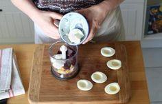Recette - Oeufs mimosa à la betterave en pas à pas Entrees, Buffet, Brunch, Food And Drink, Pudding, Desserts, Mimosas, Crochet, Deviled Eggs Recipe