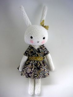 Oh how sweet! Check out Agathe Roses (a French blog) petit hommage to Fifi Lapin, the fashion conscious rabbit.
