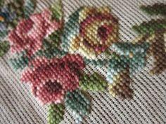 Очень красивая вышивка крестиком по плотной, толстой канве. Канва китайская, 1952 г. Размер ткани 66 х 56 см, вышивки - 33 х 28 см.