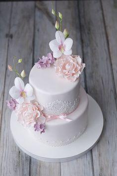 Пудровый свадебный торт с орхидеями и пионами.