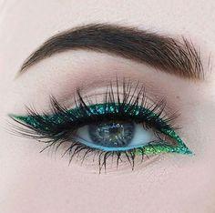 Pin for Later: 25 kreative Eyeliner-Ideen, die weit über einen schwarzen Lidstrich hinaus reichen Farbige Eyeliner und Lidstriche