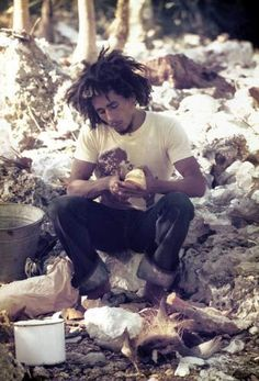 "thegoldenyearz: ""Bob Marley by Lee Jaffe, Westmoreland, Jamaica, 1974 "" Bob Marley Citation, Bob Marley Quotes, Bob Marley Legend, Reggae Bob Marley, Fotos Do Bob Marley, Amor Universal, Bob Marley Pictures, Marley Family, Rasta Man"