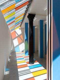 Voilà plus de 50 ans que Daniel Buren habille l'espace de rayures contrastées et de couleurs traversées par les rayons du soleil. Habitué de la Galerie...