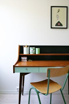 Love this desk style- especially the mint color on the bottom and the two tier shelf