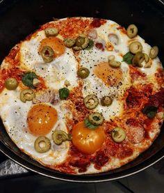Szakszuka - pomysł na śniadanie - Mocne Kalorie Paella, I Am Awesome, Ethnic Recipes, Food, Life, Meal, Hoods, Eten, Meals