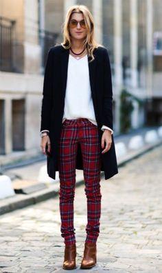 Street style look com calça xadrez.