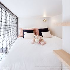 DANS LE FILET Realization WOM Design – Stéphanie MICHEL-GIRARD Photo credit © Isabelle Picarel Room with mezzanine renovated for a teenage girl around a feminine and airy atmosphere # filet # mezzanine # room # adolescent # menuiseriessurmesure # menuis Room Design Bedroom, Girl Bedroom Designs, Home Room Design, Small Room Bedroom, Bedroom Decor, Attic Bedrooms, Dream Rooms, Dream Bedroom, Railing Design