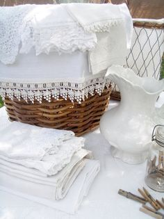 White Linens with lace edgings. . .   Now this makes my heart sing!