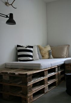 DIY pallet furniture using wood pallets that had been around for decades as mechanisms for shipping.Pallet furniture ideas from crafters around the World! Pallet Bedframe, Wood Pallet Beds, Diy Pallet Sofa, Pallet Furniture, Wood Pallets, Pallet Seating, Furniture Ideas, Outdoor Pallet, Recycled Pallets