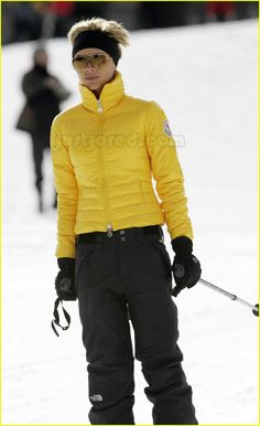 Victoria Beckham: No Tummy Today!: Photo Victoria Beckham bundles up well for her third day out skiing in the French Alps, not showing an inch of tummy this time. (See picture set one, two, three) Victoria,… Victoria Beckham Outfits, Victoria Beckham Style, Apres Ski Party, Sport Outfits, Ski Outfits, Victoria Fashion, Snow Outfit, Autumn Clothes, Snow Fashion