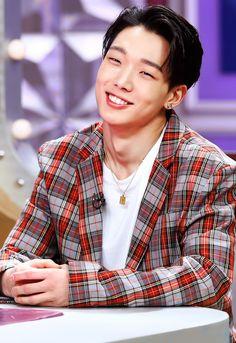 "hanbabi: """"Bobby edit x Radio Star "" "" Bandana Hairstyles, Cute Hairstyles, Middle Part Hairstyles Men, Bobby, Curly Hair Styles, Natural Hair Styles, Ikon Wallpaper, Kim Ji Won, Hanbin"