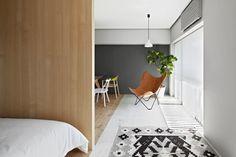 Un apartamento japonés La silla Butterfly, creada en Buenos Aires por el Grupo Austral en los 50, es uno de los toques de diseño de la casa.