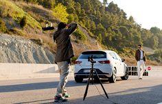 Zwei Hingucker in einem Bild: kein Wunder, dass unser Fotograf das Model und den #SEAT Leon CUPRA nie aus den Augen lässt. (Foto: Rolf Klatt)