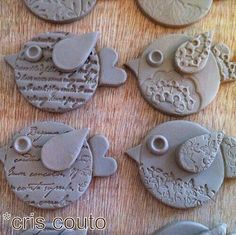Cute Clay birds by So BaiClay birdies inspiration - maybe make from paper clay (or Fimo) and use embossing folders and stamps to make impressions.These could become fridge magnets. Make them with Fimo or clay and then fire *but you need a ceramic ove Kids Clay, Clay Projects For Kids, Art Projects, Clay Birds, Pottery Classes, Ceramics Projects, Clay Ornaments, Paperclay, Air Dry Clay