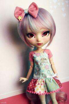 -Que Fofahh!!Olha o Look Maravilha da Girl,TUDO!A Saia com Bordado a Blusa estampada,O laço,O cabeloh!Exatamente Perfeito!!