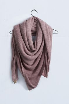 Love the texture and soft look of the knitwear (scarf by Coisa.nl)