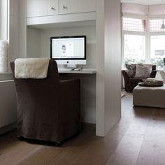 """Een zijde van een """"En-Suite"""" is hier gebruikt voor een klein maar mooi werkplekje. Wat een goed idee. Heb je een nieuwe woning dan kun je dit ook nabootsen bij voldoende ruimte."""