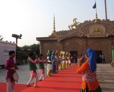 Draußen wird auf dem roten Teppich eine Tanzvorführung gegeben. Foto: Doris Bollywood, Seo, India, Pictures, Red Carpet, Wonderland, Goa India, Indie, Indian