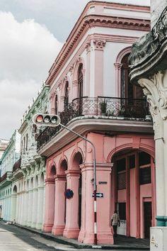 wunderschöne pinke Hauswand in Kuba