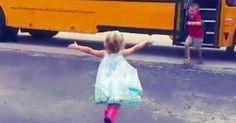 Vídeo adorable del año: esta niña corre a abrazar a su hermano cada vez que llega en su autobús #viral