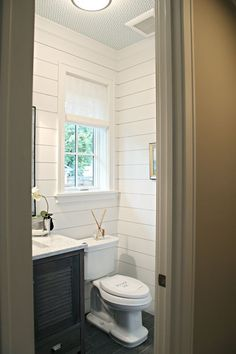 Remodelando la Casa: 10 Bathrooms that Rock a Shiplap Treatment