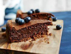 Suklaa-kardemummakakku.  Tuoreet mustikat sopivat koristamaan suklaista kakkua.