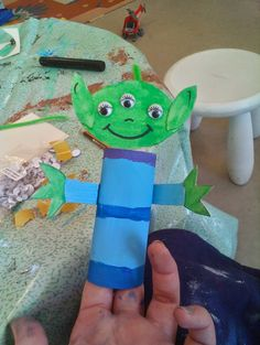 Halloween Gifts For Toddlers - Halloween Gifts Disney Diy, Toddler Gifts, Gifts For Kids, School Cafeteria Decorations, Aliens, Halloween Teacher Gifts, Toy Story Crafts, Alien Crafts, Toy Story Alien