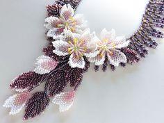淡いピンク、ホワイトのビーズで編んだ可愛らしい桜のビーズチョーカー。